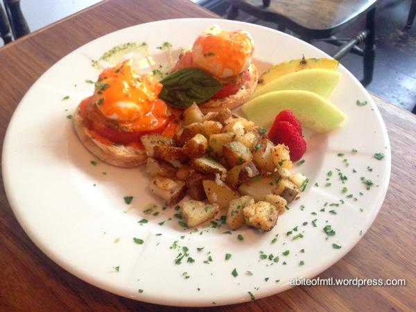 Café Aléatoire - The bear 2 poached eggs on english muffin, grilled tomato, veggie pâté, red pepper coulis